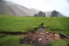 Horn (Vala Run) Tags: old green grass iceland stones gras horn sland steinar gamalt eyibli abandonedhouses grnt canon40d hfnhornafjrur