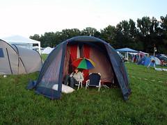 Highfield 2007 (sicksadlittleworld) Tags: camping summer camp people sun green girl festival umbrella leute sommer menschen sunshade grn campground sonne mdchen campsite 2007 highfield zelte regenschirm hff sonnenschirm zeltplatz highfieldforumde lastfm:event=52695