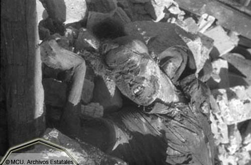 Asaltantes republicanos muertos entre las ruinas del Alcázar. Foto Erich Andres. Ministerio de Cultura. Centro Documental de la Memoria Histórica