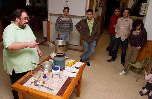 Eneko presentando el taller de preparación de alimento para mosca drosophila