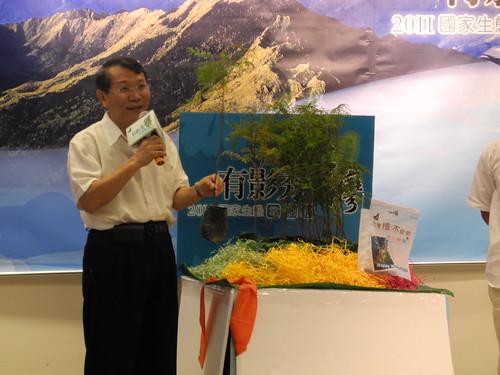 台東林管處長張鐵柱現場揭開一株2年生的台灣檜木。