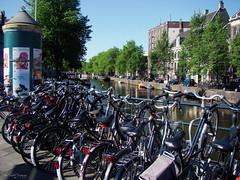 Amsterdam, Holland 091 - Bikes, bikes, bikes ... (Claudio.Ar) Tags: city holland color water netherlands amsterdam bike canal agua europa europe sony ciudad bicicleta holanda fabulous dsc h9 cruzadas claudioar claudiomufarrege