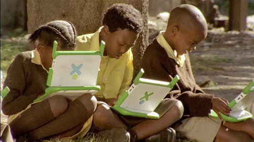 Zimi : friends at work [Photo by One Laptop per Child] (CC BY-SA 3.0)