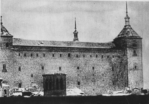 Iglesia de la Magdalena y Alcázar de Toledo en mitad del asedio en 1936