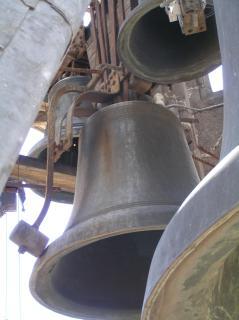 Campana de la Catedral que estaba en la torre del reloj y procede del covento del Carmen.