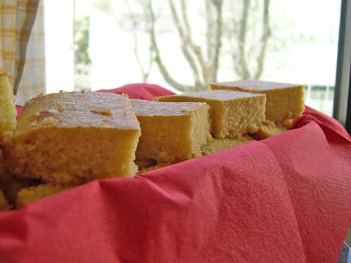 Bolo/pão/boula (?) de milho, azeite e mel