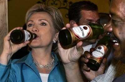 Hillary Bebiendo cerveza