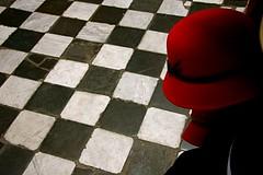 Jogo de Damas (Anna_Fischer) Tags: red white black hat branco buenosaires floor preto vermelho cho santelmo fischer chapu piso quadrados quadriculado geomtrico annaluizafischer annafischer