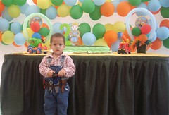 my lil' bro's b-day party (Scarlet O.) Tags: boy party baby familia club kid fiesta dominicanrepublic birthdayparty tired bebe hermano bother littlebrother globos nio cansado joseandres familily fiestadecumpleaos bobconstructor scarletortiz bobconstruye
