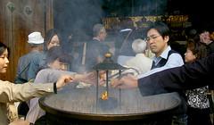 Encens a Todai-ji / Incense in Todai-ji (SBA73) Tags: people japan temple fire hall gente buddha buddhist smoke religion llama buddhism unesco holy flame burn u nippon fuego nara kansai gent humo buda templo nihon incense todaiji japoneses jap worldheritage tempel japonese  budismo purification japn flama budista humanidad foc patrimonio incienso encens patrimoni daibutsuden fum quemar  budisme cremar  narashi japonesos encense humanitat