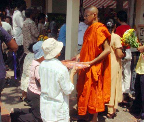 Wesak Day @ Buddhist Maha Vihara, Brickfields 2005 - 25 offering robes to monk