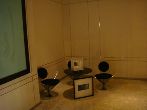 Mobiliario a la entrada al hotel