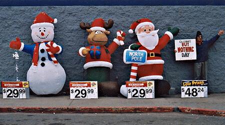 מחאה מקורית ברוח השופינג של חג המולד. יש לי הרגשה שניימן יחבב את התמונה (מתוך הפליקר של Brave New Films, מופץ תחת רישיון c-c)