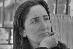 NEUS - RETRATO ROBADO (ABUELA PINOCHO ) Tags: portrait cutout mujer retrato amiga dulce neus escuchando pensativa desaturado