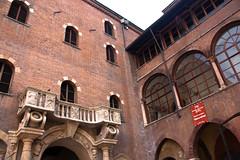 Cortile del Tribunale - Verona (Tom Peddle) Tags: italy del verona tribunale 2009 cortile