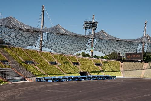 Elf neue Busse warten im Münchner Olympiastadion auf ihren Einsatz
