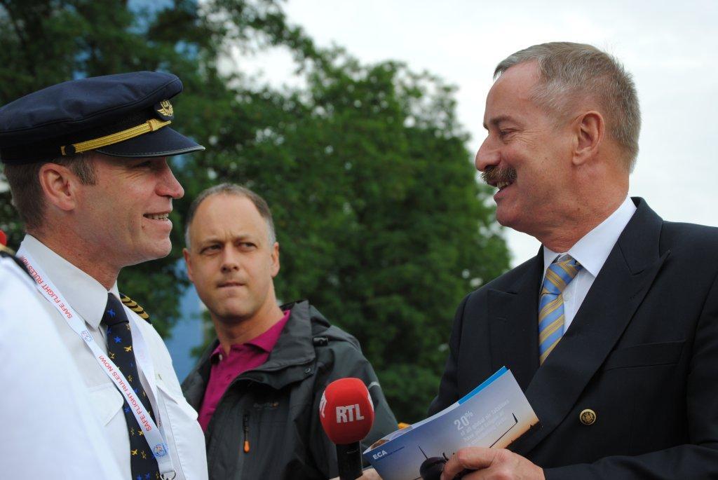 Entrega de tríptico a Comisario europeo de Transportes