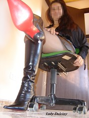 Primafila 13 (lady_dulciny_boots) Tags: black green topf25 leather chair highheels boots skirt lick stiletto topv8888 catchycolorsred redsole