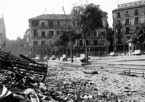 Plaza de Zocodover destruída por los bombardeos republicanos de 1936, Toledo. Foto Vincent  Doherty.