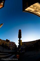 Red light (Berts @idar) Tags: zaragoza photowalk 8mm fz peleng espaa peleng8mmfisheye canoneos400ddigital xatakafoto pendientesdeetiquetar ¹⁄₄₀₀₀sec photowalkxfzaragoza