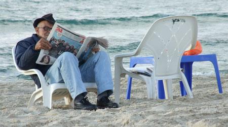 שלווה אנטי-צרכנית בחוף הים של תל-אביב (צילום: ניקו)