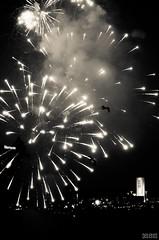 Voo . Flying (selenis) Tags: bw canada niagarafalls nikon fireworks pb canad 2011 fogodeartificio 105mmvr cataratasdoniagara d7000