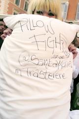 Roman pillow fight - III edizione (pizio) Tags: roma fight roman guerra trastevere pillow fabrizio morfeo battaglia cuscino perrini cuscini pizio