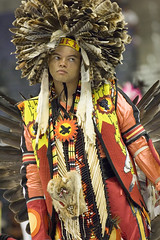 2005 Powwow (Smithsonian Institution) Tags: red orange face yellow person dance costume dress native indian feathers ceremony nativeamerican nationalmuseumoftheamericanindian headdress beadwork powwow formalattire smithsonianinstitution colorphotograph brightlydressed sarvekrmzrenklerdekostm gelenekselkzlderilikostm amerikanyerlisi basndabiroktyvar ceremi
