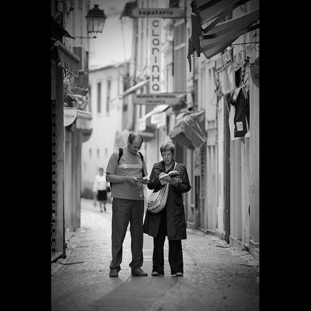 Turistas nas ruas de Coimbra a consultar o Guia da Cidade Coimbra
