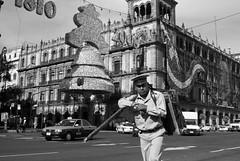 Organillero (chblet) Tags: mxico df bn photowalk organillero centrohistrico 100 chablet fotowalkmxico