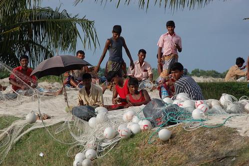 Pescatori del Bangladesh mentre sistemano le reti da pesca.