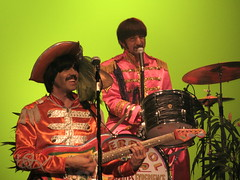 "Liverpool Legends - ""George"" & ""Ringo"" (fotos by foofy) Tags: costumes john paul george ringo thebeatles tributeband bransonmo loadsoffun liverpoollegends beatlesexperience relivethemusic makesyouwannasingalong cooliloveit"