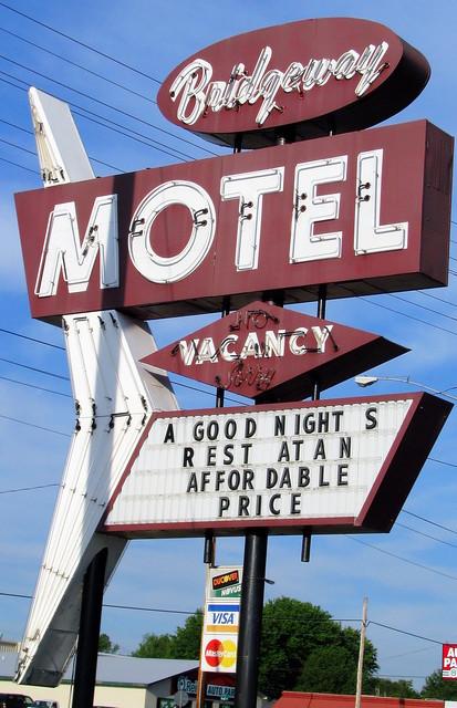 Bridgeway Motel sign
