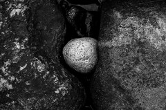 Between Two Rocks on the Beach (diesmali) Tags: white black beach rock stone sweden sverige archipelago skärgård swedisharchipelago canon50mmf14usm gryt grytsskärgård johanklovsjö