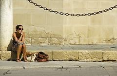 sentada en antiguo (Nauzet Acosta) Tags: sevilla andalucia soledad contrastes pensativa ciudadantigua nauzet thebestofday gününeniyisi nauzetacostacom nauzetacosta