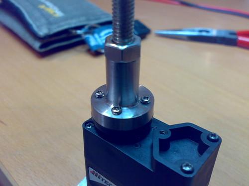 El nou acoplament del servo amb l'eix de la càmera fet al torn