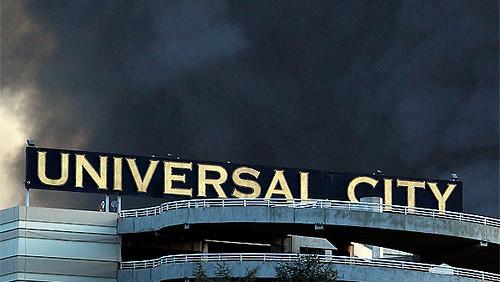 Universal Studios letrero y el humo