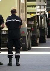 Dia Fuerzas Armadas - Unidad Militar de Emergencias (Oscar in the middle) Tags: marina soldier army spain marine military parade desfile spanish militar aire parada espaol ejercito inf