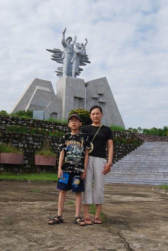 Bên tượng đài nghĩa trang đường 9