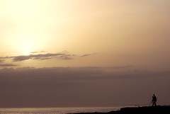 Waiting for the sunset (F H Mira) Tags: sunset portugal carcavelos damniwishidtakenthat