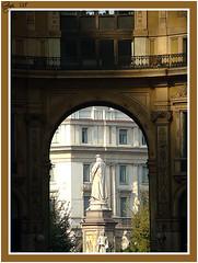 Milano - Leonardo da Vinci in piazza Della Scala visto da piazza Duomo attraverso la Galleria (G.hostbuster (Gigi)) Tags: milan statue gallery mila