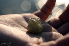 [il tuo dono prezioso] (NaNa [supergirl]) Tags: light sea macro love closeup canon eos 50mm mare dof hand bokeh oscarwilde gift mano pietra amore luce dono citazione preziosa 400d