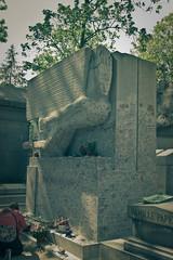 Love through ink & paper centuries. (ric Le Tutour) Tags: paris oscar wilde pere lachaise cimetiere sepulture necrophilie