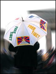 Free Tibet (sulamith.sallmann) Tags: berlin umbrella demo deutschland freedom freestyle peace protest free frieden tibet demonstration ft humanrights fahne flagge freetibet menschenrechte freiheit regenschirm schirm friedlich demonstrieren tibeter sulamithsallmann brillianteyejewel gewaltlos friedensmarsch rightsofmen tibetinitiative