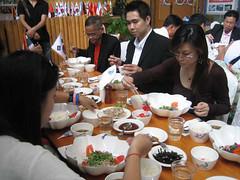 ท่านสมาชิกร่วมรับประทานอาหารมื้อพิเศษ KODPUB หรือข้าวยำดอกไม้ เมนูพิเศษ ของ Sangsoo Herb Land อย่างเอร็ดอร่อย