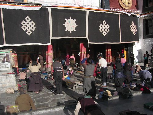 Many_pilgrims_travel_long_distances_on_foot_to_come_to_Jokhang