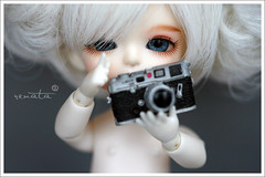 Lin Lin is a Leica girl (r e n a t a) Tags: leica macro yellow canon toy doll brinquedo kitty hobby special coco bjd resin resina boneca limited balljointeddoll latidoll dreamcamera lati 16cm catversion