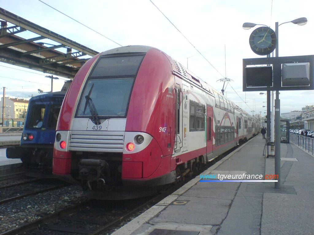 Un TER 2N NG aux couleurs de la Principauté de Monaco stationne en gare Saint-Charles à Marseille.