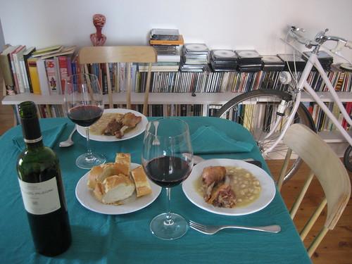 Alubias blancas con pato con pato confitado y vino