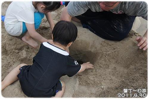 110430-在沙攤上挖洞